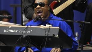 Stevie Wonder canta para eleitorado democrata no estado de Ohio