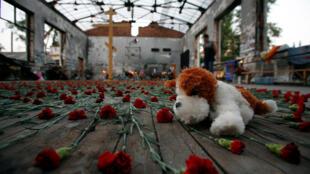 Homenagem às vítimas do massacre de Beslan, no ginásio que foi incendiado.