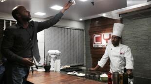 Le chef éthiopien Yohanis, en plein enregistrement d'une de ses émissions télévisées culinaires.