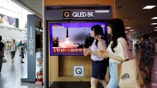 Hình ảnh truyền hình tại Seoul hôm 06/08/2019 cho thấy vụ thử nghiệm tên lửa của Bắc Triều Tiên.