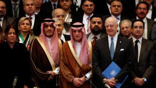 (Ảnh minh họa) - Ngoại trưởng Ả Rập Xê Út Adel al-Jubeir (giữa), với các thành viên phe đối lập Syria trong cuộc họp tại Riyad, ngày 24/11/2017.