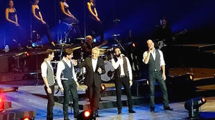 Nhóm Les Stentors hát mở màn cho danh ca Michel Sardou
