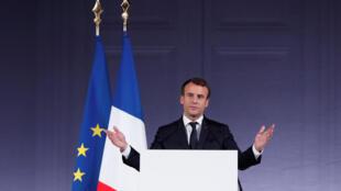 El presidente francés Emmanuel Macron dando un discurso durante la cumbre climática One Planet en París, el 11 de diciembre de 2017.