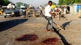 Un homme se tient sur le lieu d'une précédente attaque dans la ville de Maiduguri. (Image d'illustration)