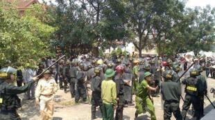 Lực lượng an ninh tham gia cưỡng chế khu vực nhà thờ Đông Anh, Hà Tĩnh ngày 17/03/2015.