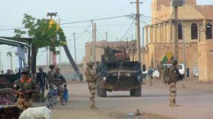 Soldats français de l'opération Barkhane anti-terroriste dans une rue de Kidal, le 3 octobre 2016.