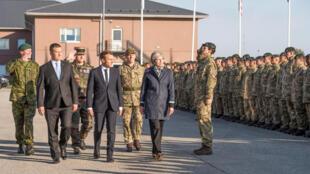 Thủ tướng Anh Theresa May (P) và Tổng thống Pháp Emmanuel Macron (G) cùng thủ tướng Estonia, Juri Ratas đến thăm các binh sĩ Anh, Pháp tham gia khối NATO đồn trú ở Tapa, Estonia, ngày 29/09/2017.