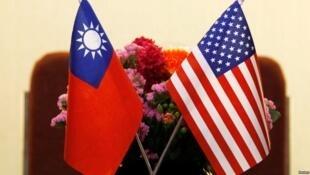 並置在桌上的中華民國國旗與美國國旗