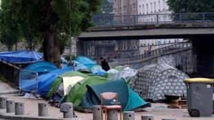 Палаточные лагеря мигрантов периодически возникают в разных городах Франции. В июне 2018 года эвакуировали лагерь на канале Сен-Мартен в Париже.