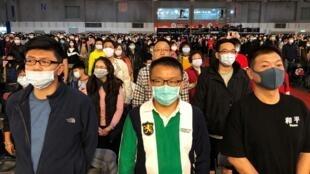 Des employés de Foxconn portant des masques au gala de fin d'année de l'entreprise à Taipei, le 22 janvier 2020.