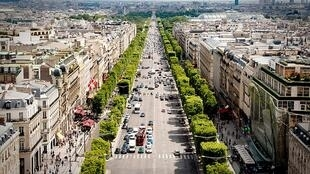 L'avenue des Champs-Élysées, vue de l'Arc de Triomphe, à Paris le 24 juillet 2009.