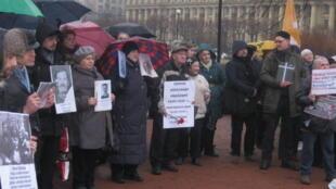 Участники акции памяти с фотографиями родственников, пострадавших от репрессий, Санкт-Петербург, 20 декабря.