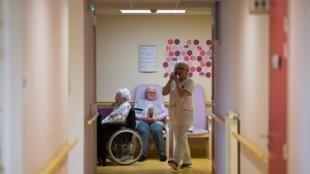 Des résidents sont assis dans un couloir le 4 mars 2020, dans un EHPAD de Brest, dans l'ouest de la France.