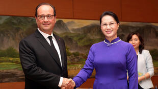 French President Francois Hollande (L) and Vietnamese chairwoman of the National Assembly Nguyen Thi Kim Ngan (R) shake hands at the National Assembly's Office in Hanoi, Vietnam, September 6, 2016.