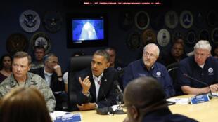 Barack Obama se reúne com equipe da Agência Federal de Gestão de Crise ( FEMA). Presidente cancelou agenda de campanha até terça-feira