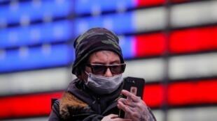 O prefeito de Nova York, Bill de Blasio, pediu desde quinta-feira (2) que a população da cidade usassem máscaras ao sair às ruas.