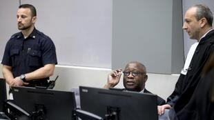 Laurent Gbagbo e seu advogado Emmanuel Altit (à dir.) na abertura do julgamento na Corte de Haia.