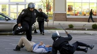 La police de Baltimore arrête des pilleurs lors des manifestations après les funérailles de Freddie Gray, le 27 avril 2015.