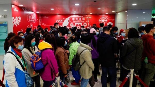 香港民眾排隊購買口罩以防止感染新型冠狀病毒2020年1月29日