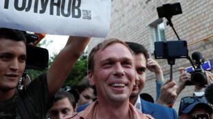 Ivan Golounov a répondu aux questions des médias devant le parquet général à Moscou, dans la foulée de sa libération.