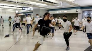 7月21日晚部分香港元朗白衣人团伙暴力攻击他人资料图片