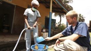 O médico norte-americano, Kent Branly (D) foi contaminado em um hospital da Monróvia, na Libéria, onde trabalhava no combate ao Ebola.