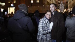 Turistas posam para foto durante cerimônia de iluminação da árvore de Natal do Rockefeller Center, em NY