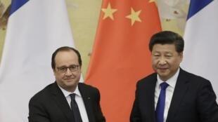 Presidente francês François Hollande e seu homólogo chinês Xi Jinping ontem em Pequim.