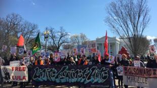 """A manifestação foi organizado pela """"DC United Against Hate"""" (Distrito de Columbia unido contra o ódio), uma coalizão de organizações socialistas, ativistas antifascistas e progressistas."""