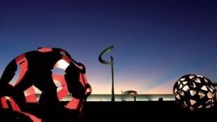 Fotografias históricas, objetos raros e uma grande maquete de Brasília fazem parte da exposição parisiense.