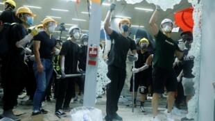 Người biểu tình đập vỡ kính ở Nghị Viện Hồng Kông ngày 01/07/2019.
