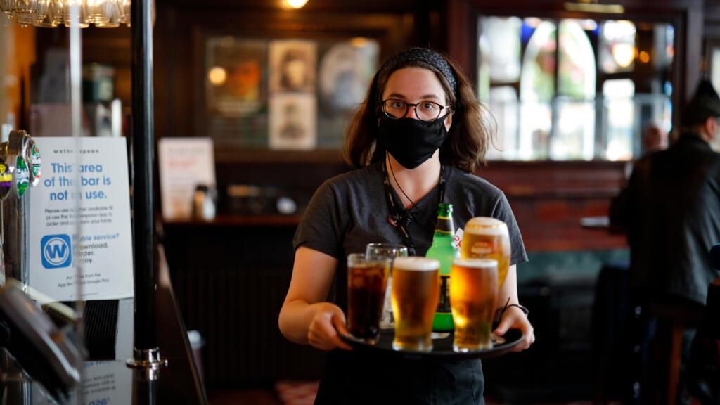 En Angleterre, un déconfinement prudent pour les pubs et leurs clients