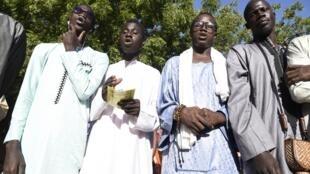 Des membres de la confrérie mouride chantent aux abords du tribunal où le maître d'une école coranique est jugé pour avoir enchaîné ses élèves, le 2 décembre 2019, à Louga, au Sénégal.