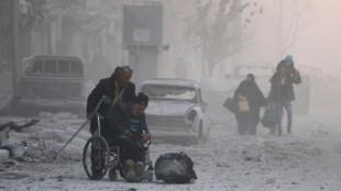 Moradores de Aleppo deixam a cidade, reconquistada pelas forças de Bashar al-Assad das mãos dos insurgentes.