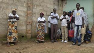 Des Rwandais attendent devant le centre de détention de Gikondo pour voir leurs proches, le 16 mai 2006.