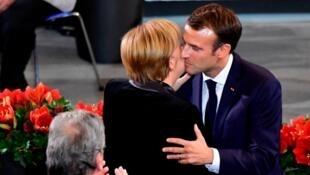 Le président français, Emmanuel Macron, embrasse la chancelière allemande, Angela Merkel, après son discours au Bundestag, le 18 novembre 2018, à Berlin.