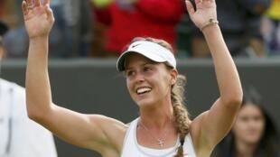 Michelle Larcher de Brito agradece aplausos do público, após a vitória contra a Russa Maria Sharapova