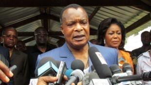 Le président congolais, Denis Sassou Nguesso, s'adressant aux médias après avoir voté le 25 octobre 2015 à Brazzaville sur le référendum constitutionnel.