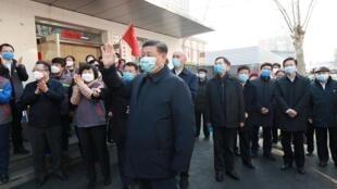 中国国家主席习近平10日在北京安华里社区视察新型冠状病毒的预防和控制工作。