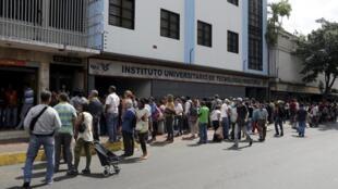 Pessoas fazem filas gigantescas para comprar produtos básicos e alimentação do lado de fora em um supermercado de Caracas, 20 de janeiro de 2016.