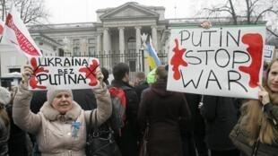 Biểu tình trước sứ quán Nga tại Vacxava, Ba Lan, phản đối Nga can thiệp vào Ukraina, 02/03/2014