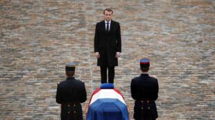 Президент Франции Эмманюэль Макрон перед гробом Арно Бельтрама во дворе дома Инвалидова, 28 марта 2018 года.