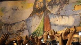 Верующие перед коптским храмом в Александрии (архивное фото)