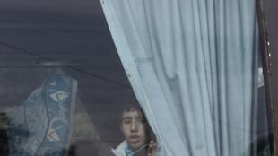 Un jeune réfugié du camp de Yarmouk, près de Damas, dans un bus qui le ramène dans son pays, le 18 décembre 2012.