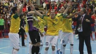 Seleção brasileira comemora vitória no Mundial de Futsal na Tailândia, neste domingo 18 de novembro de 2012.