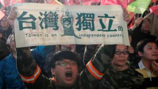 """Người ủng hộ tổng thống mãn nhiệm Thái Anh Văn giương cao khẩu hiệu: Đài Loan là một quốc gia độc lập"""", Đài Bắc, ngày 11/01/2020"""