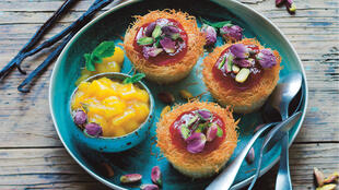 Konafa au mascarpone et coulis de mangue. Recette extraite de «Les Mamas cuisinent le monde by Meet My Mama», textes d'Anaïs Delon, recette d'Emy.