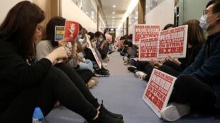 香港医护人员自2020年2月3日起开始罢工,要求与政府对话,要求宣布香港全面封关,防止新冠病毒在香港扩散。图片摄于2020年2月7日。