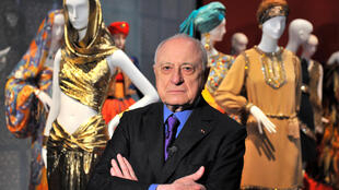 Pierre Bergé perante criações do antigo companheiro Yves Saint Laurent.