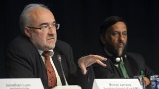 Ông Michel Jarraud, Tổng thư ký Tổ chức Khí tượng Thế giới WMO, phát biểu cạnh Chủ tịch IPCC Rajendra Pachauri (P) nhân buổi giới thiệu báo cáo về khí hậu tại Stockholm (Thụy Điển).